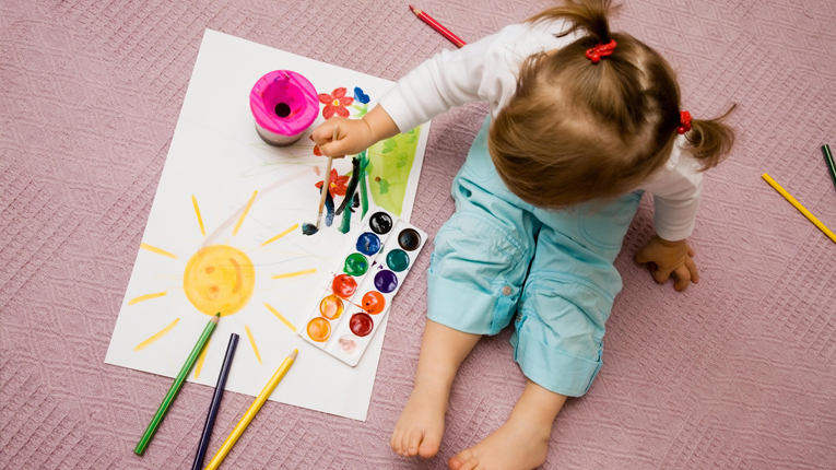 Nena pintant - Sistema Educacio Waldorf