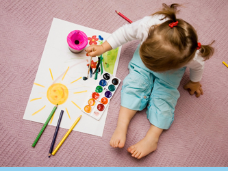 Mètode Educatiu Waldorf - Nena pintant